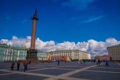 ST 彼得斯堡,俄罗斯, 2018年5月02日:冬宫和亚历山大专栏在宫殿正方形在圣彼德堡 库存图片