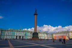 ST 彼得斯堡,俄罗斯, 2018年5月02日:冬宫和亚历山大专栏在宫殿正方形在圣彼德堡 免版税库存图片