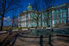 ST 彼得斯堡,俄罗斯, 2018年5月01日:华美的喷泉室外看法在冬天的西部门面的前面 库存图片