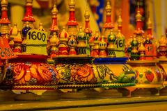 ST 彼得斯堡,俄罗斯, 2018年5月01日:各种各样的颜色,套Matryoshka俄国babushka玩偶secreasing的大小玩偶 免版税库存照片