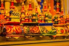 ST 彼得斯堡,俄罗斯, 2018年5月01日:各种各样的颜色,套Matryoshka俄国babushka玩偶secreasing的大小玩偶 免版税图库摄影
