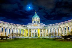 ST 彼得斯堡,俄罗斯, 2018年5月01日:喀山大教堂美好的夜视图在东正教里,建立在涅夫斯基 免版税库存图片