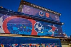 ST 彼得斯堡,俄罗斯, 2018年5月02日:在俄罗斯主持位于与商标世界杯足球赛的一个大厦的爱好者区域2018年a 库存图片