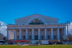 ST 彼得斯堡,俄罗斯, 2018年5月01日:在圣徒的一个晴天期间在瓦西里岛唾液的交换大厦  免版税库存照片