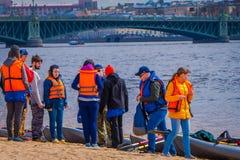 ST 彼得斯堡,俄罗斯, 2018年5月17日:在海滩的旅游佩带的救生背心在彼得和保罗堡垒,是一个  免版税图库摄影