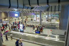 ST 彼得斯堡,俄罗斯, 2018年5月01日:在观点的未认出的乘客上在普尔科沃机场等待行李 在2013年 免版税库存照片
