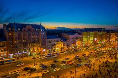 ST 彼得斯堡,俄罗斯, 2018年5月01日:在走在与华美的日落的涅夫斯基大道的观点的某些游人上 免版税库存图片