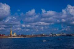 ST 彼得斯堡,俄罗斯, 2018年5月01日:在1703年彼得大帝建立的彼得和保罗堡垒和修造了 免版税库存照片