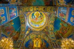 ST 彼得斯堡,俄罗斯, 2018年5月01日:天花板马赛克室内看法在基督的复活的大教堂里  库存图片