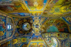 ST 彼得斯堡,俄罗斯, 2018年5月01日:天花板马赛克室内看法在基督的复活的大教堂里  图库摄影