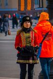 ST 彼得斯堡,俄罗斯, 2018年5月01日:妇女战士在作为19个世纪俄语穿戴的老俄国军服摆在 库存图片