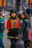 ST 彼得斯堡,俄罗斯, 2018年5月01日:妇女战士在作为19个世纪俄语穿戴的老俄国军服摆在 库存照片