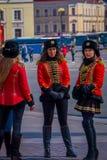 ST 彼得斯堡,俄罗斯, 2018年5月01日:妇女战士在作为19个世纪俄语穿戴的老俄国军服摆在 图库摄影