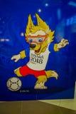 ST 彼得斯堡,俄罗斯, 2018年5月02日:室内观点的2018年世界杯足球赛狼的正式吉祥人Zabivaka它 库存照片