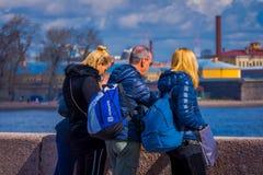 ST 彼得斯堡,俄罗斯, 2018年5月01日:室外看法俄国familiy享受看法有被弄脏的背景  免版税图库摄影