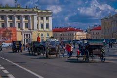 ST 彼得斯堡,俄罗斯, 2018年5月02日:室外观点的在冬天宫殿背景的支架马有一些的 免版税库存图片