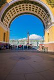 ST 彼得斯堡,俄罗斯, 2018年5月01日:宫殿正方形看法通过总参谋部大厦曲拱在圣彼得堡 图库摄影