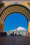 ST 彼得斯堡,俄罗斯, 2018年5月01日:宫殿正方形看法通过总参谋部大厦曲拱在圣彼得堡 库存图片