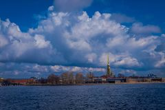 ST 彼得斯堡,俄罗斯, 2018年5月01日:彼得和保罗堡垒是彼得大帝建立的原始的城堡  免版税库存图片