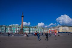 ST 彼得斯堡,俄罗斯, 2018年5月02日:拍照片和享受冬宫的看法未认出的人民和 库存照片