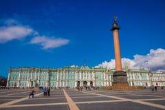 ST 彼得斯堡,俄罗斯, 2018年5月02日:拍照片和享受冬宫的看法未认出的人民和 免版税库存照片