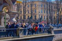 ST 彼得斯堡,俄罗斯, 2018年5月02日:救主的教会的输入的未认出的人Spilled血液的是 免版税库存图片