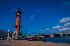 ST 彼得斯堡,俄罗斯, 2018年5月01日:有船嘴装饰的专栏看法在圣彼德堡的历史市中心,普遍 免版税库存图片
