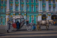 ST 彼得斯堡,俄罗斯, 2018年5月01日:沙皇在冬宫地标游人前面的马支架室外看法  免版税库存图片