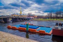 ST 彼得斯堡,俄罗斯, 2018年5月01日:浮动房子室外看法接近走动的木桥和的人的 库存图片