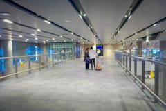 ST 彼得斯堡,俄罗斯, 2018年5月01日:等待搭乘的未认出的乘客在国际机场新的终端  库存图片