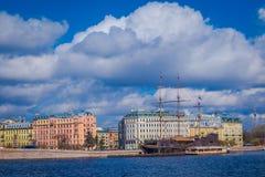 ST 彼得斯堡,俄罗斯, 2018年5月01日:老大型驱逐舰Letuchiy Gollandets :包含室内餐馆的Galleon船 免版税库存图片