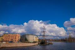 ST 彼得斯堡,俄罗斯, 2018年5月01日:老大型驱逐舰Letuchiy Gollandets :包含室内餐馆的Galleon船 库存照片
