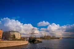 ST 彼得斯堡,俄罗斯, 2018年5月01日:老大型驱逐舰Letuchiy Gollandets :包含室内餐馆的Galleon船 图库摄影