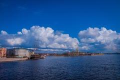 ST 彼得斯堡,俄罗斯, 2018年5月01日:老大型驱逐舰Letuchiy Gollandets :包含室内餐馆的Galleon船 免版税图库摄影