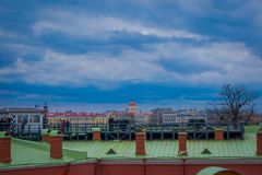 ST 彼得斯堡,俄罗斯, 2018年5月17日:走在接近老一个绿色屋顶的室外观点的未认出的人民 免版税库存图片