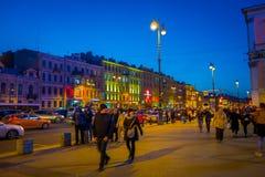 ST 彼得斯堡,俄罗斯, 2018年5月02日:走在街市的未认出的人民在圣彼德堡,是题写的在 库存图片