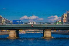 ST 彼得斯堡,俄罗斯, 2018年5月02日:走在Angliyskiy桥梁的室外观点的未认出的人民,有一些的 免版税库存图片