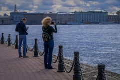 ST 彼得斯堡,俄罗斯, 2018年5月02日:进来室外观点的未认出的人民为lanscape照相和 库存照片