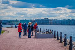 ST 彼得斯堡,俄罗斯, 2018年5月02日:进来室外观点的未认出的人民为lanscape照相和 库存图片