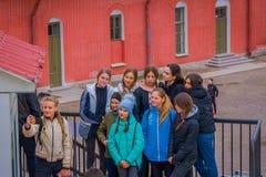 ST 彼得斯堡,俄罗斯, 2018年5月17日:采取selfies的未认出的少年在圣彼德堡在一个华美的晴天 库存图片