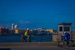 ST 彼得斯堡,俄罗斯, 2018年5月01日:骑自行车在边路的未认出的人民在fontanka河河沿有一些的 免版税图库摄影