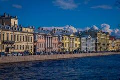 ST 彼得斯堡,俄罗斯, 2018年5月01日:Moyka河的看法有位于在St的河沿的一些大厦的 库存图片