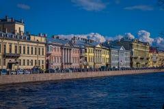 ST 彼得斯堡,俄罗斯, 2018年5月01日:Moyka河的看法有位于在St的河沿的一些大厦的 免版税库存照片