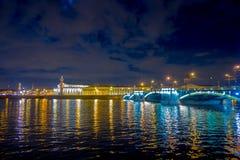 ST 彼得斯堡,俄罗斯, 2018年5月02日:Troitsky桥梁的美好的照明在inght的,与在的反射 图库摄影