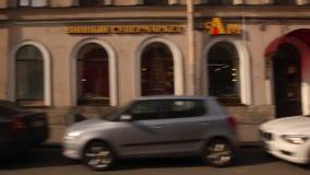 ST 彼得斯堡,俄罗斯:继续前进有的一条街道历史建筑在夏天 股票录像