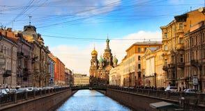 ST 彼得斯堡,俄罗斯- 2015年3月21日:在日落, Griboyedov运河堤防的风景看法的都市风景 春天视图 免版税库存图片