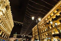 ST 彼得斯堡,俄罗斯- 2016年12月25日:夜都市风景、街道装饰对新年和圣诞节和街灯 库存图片