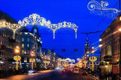 ST 彼得斯堡,俄罗斯- 2016年1月11日:对圣诞节的街道装饰 城市装饰对新年 男孩节假日位置雪冬天 免版税库存图片