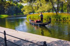 ST 彼得斯堡,俄罗斯- 2012年7月30日 在伟大的池塘附近的一次旅行在Tsarskoe Selo在长平底船的夏天 库存照片