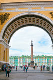 ST 彼得斯堡,俄罗斯- 2015年7月26日:冬宫视图throu 免版税库存图片